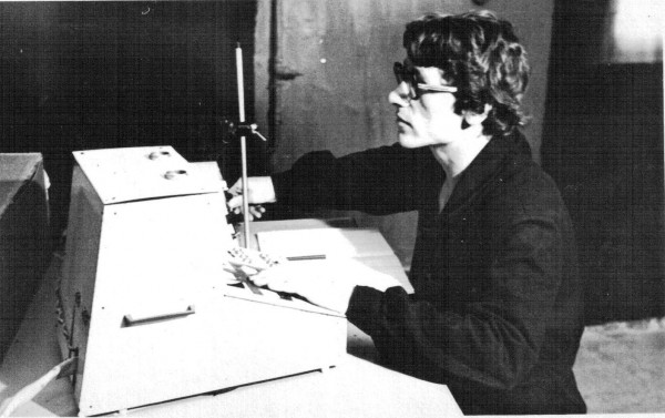 Мой коллега, Сергей Чернов за проведением зоопсихологического эксперимента (ТашГУ)
