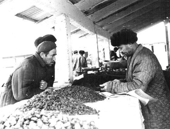 Директор змеепитомника Бабакул (слева) на рынке в Термезе приобретает продукты для плова