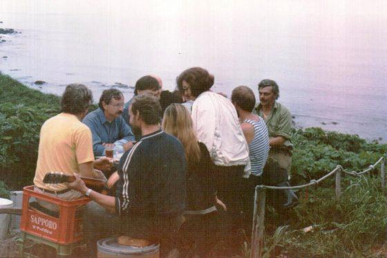 На берегу Тихого океана встречаем коллег из Сиэтла (о. Медный, л-ще Урилье, 1990)