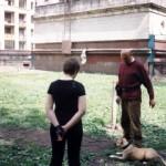 Автор показывает упражнение владелице на Мэги