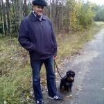 Автор с ягдтерьером Шварцем на прогулке