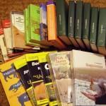 Книги о собаках на полу у рабочего стола