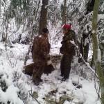 Добытого кабана надо вытаскивать из лесной чащи