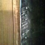 Следы зубов Тайсона на обитом железом косяке двери