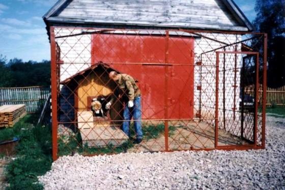 Недостаток этого вольера - отсутствие крыши и отсека для выгула собаки